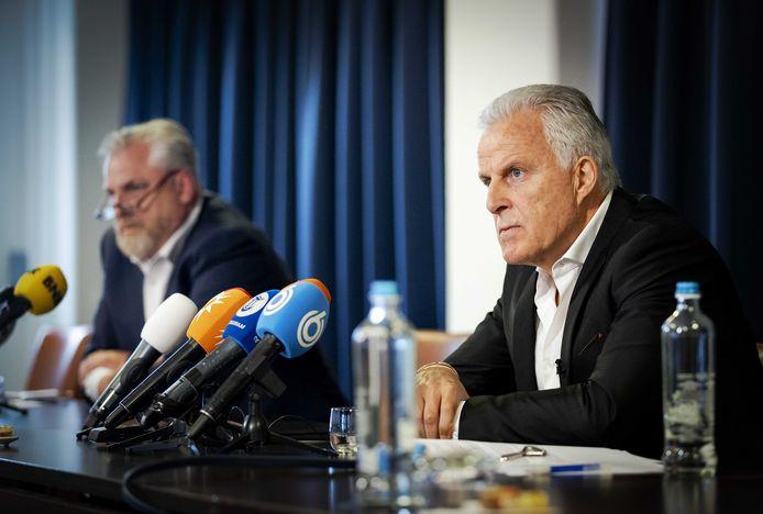 Strafrechtadvocaat Peter Schouten en misdaadverslaggever Peter R. de Vries houden een persconferentie over ontwikkelingen in het Marengoproces.