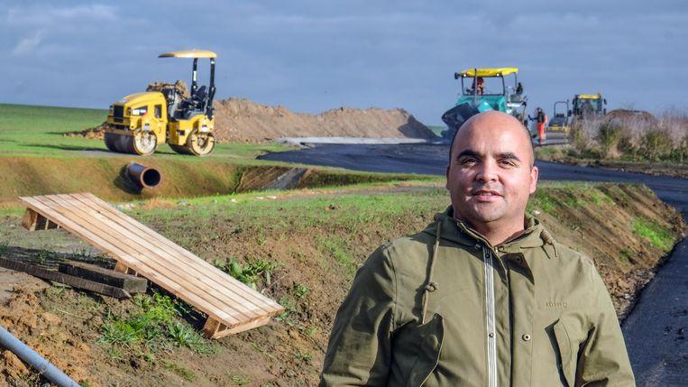 Gemeenteraadslid David Wemel (Groen) in de Kannestraat in Rollegem. De landelijke weg wordt momenteel geasfalteerd, om zwaar verkeer aan te kunnen.