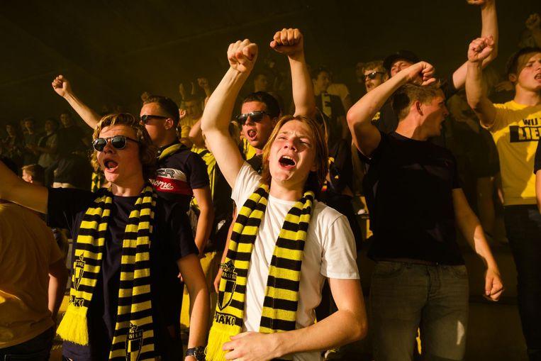 Supporters zingen luidkeels voor hun club.