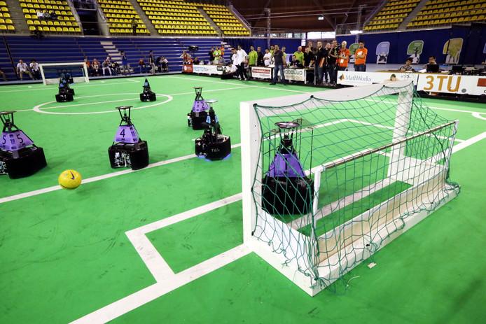 SYDNEY - Over een jaar of dertig kunnen robots net zo goed voetballen als de menselijke wereldkampioenen. Ze rennen rond 2050 over het veld, schieten op doel en bedenken hun eigen tactiek. Daarvan is Wouter Kuijpers overtuigd. Hij is de 'bondscoach' van Tech United, een robotvoetbalteam van de TU Eindhoven. De Brabantse robots zijn de regerende wereldkampioenen.
