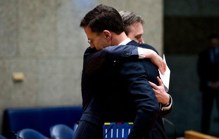 Halbe Zijlstra en Mark Rutte nadat Zijlstra een verklaring heeft afgelegd waarin hij zijn aftreden bekendmaakt. Beeld Freek van den Bergh