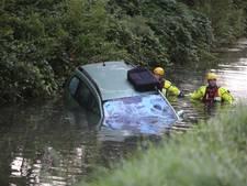 Auto te water in Gameren; grote zoektocht naar inzittenden levert niks op