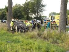 Ernstig ongeluk in Oudheusden: auto op kop tegen boom
