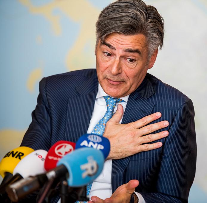 De Rotterdamse wethouder Adriaan Visser tijdens een persconferentie over het rapport van de Rekenkamer met betrekking op de gemeentelijke digitale informatiebeveiliging.