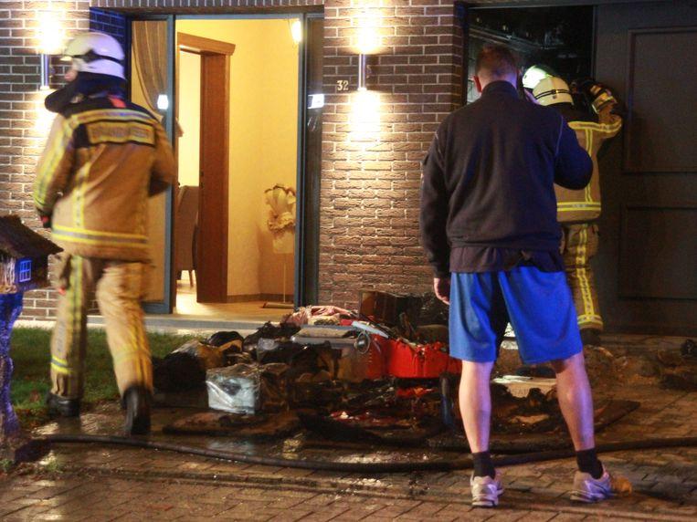 De kachel en de beschadigde inboedel van de garage werd naar buiten gebracht.