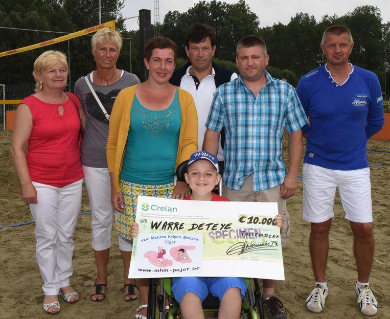 Warre krijgt een cheque van vzw 'Mensen helpen Mensen'.