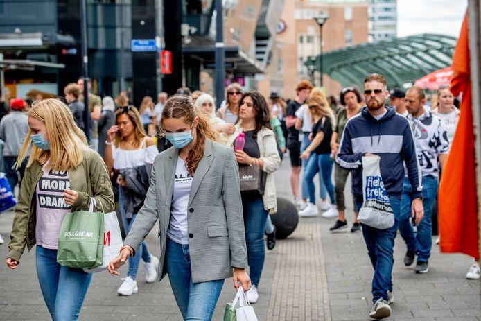 Het is druk in de Rotterdamse binnenstad. Maar lang niet iedereen draagt een mondkapje.