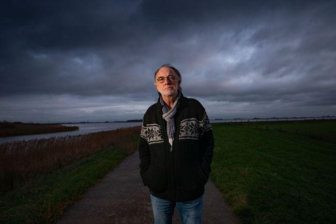 Scenarioschrijver Jan Blei bij de Kadoelersluis in de Noordoostpolder, waar zijn nieuwe stuk zich afspeelt.