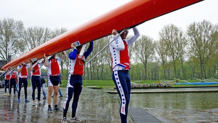 Archieffoto: de mannen van de Holland Acht dragen hun boot naar de Bosbaan in Amsterdam voor een training. Beeld ANP