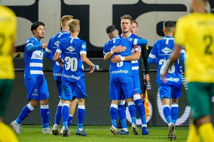 Thomas Lam neemt de felicitaties van zijn ploeggenoten in ontvangst nadat hij PEC Zwolle met een fantastische vrije trap op 2-2 heeft gebracht in het duel met Fortuna Sittard.