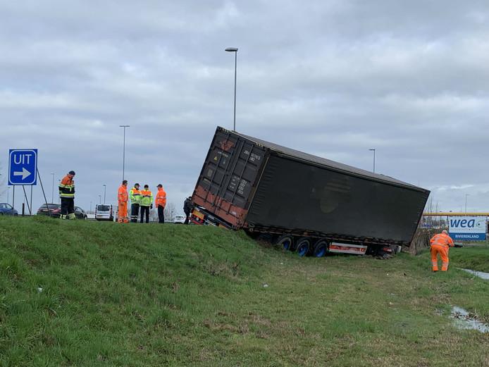 Vrachtwagen van de weg op A2.