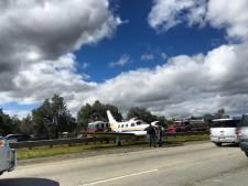 Vliegtuigje met motorpech landt veilig in middenberm Californische snelweg
