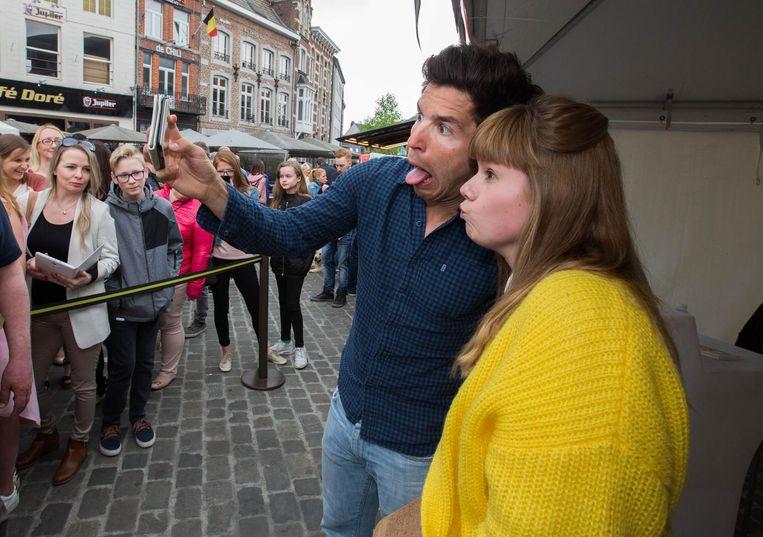 Acteur Matteo Simoni maakt tijd om met zijn fans een selfie te nemen. Dat gaat af en toe wel eens gepaard met een gek gezicht.