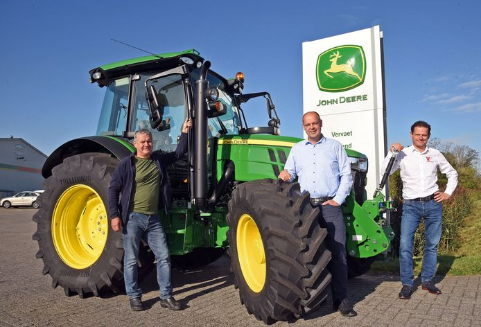 Dany Dieleman, nu commercieel directeur Kraakman in zuidwest-Nederland, met vroegere eigenaren John Deere-dealer Vervaet, Edwin (links) en Robin Vervaet, bij het filiaal in Biervliet.