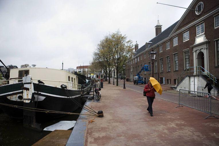 Aan de Amstel liggen woonboten die wellicht het veld moeten ruimen voor een aanlegsteiger van de Hermitage. Foto Ruud van Zwet Beeld