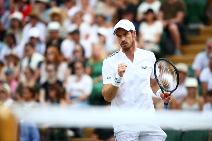 Andy Murray bij het dubbelspel op Wimbledon.
