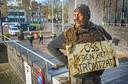 Arie den Dekker tijdens een van zijn protestacties bij het gemeentehuis van Oss.