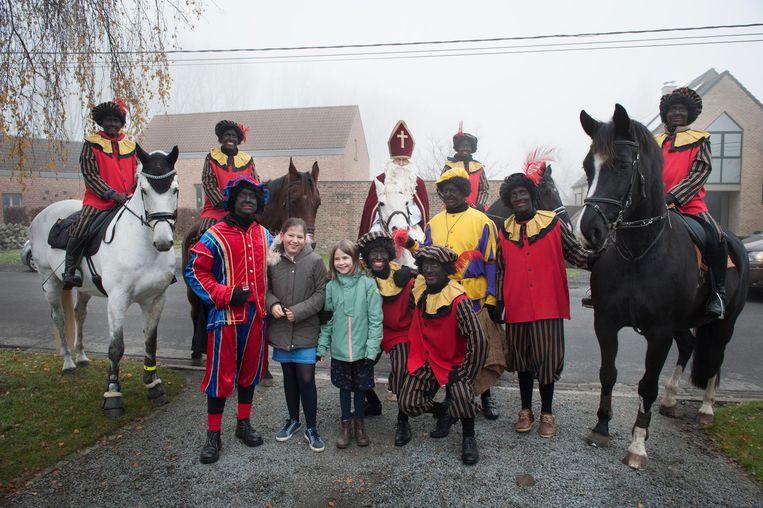 Te paard en te voet trokken de Sint en zijn pieten door de straten van Heiende.
