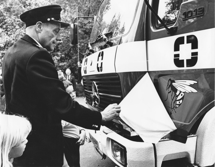 Brandweercommandant Jan van den Hoek doopt de Wesp (water en schuimpoeder), een blusauto van de Koninklijke Nederlandsche Gist- en Spiritusfabriek.