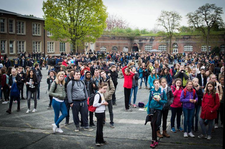 De leerlingen van KSD Voorzienigheid en Sint-Jan verzamelen voor de tombola op de citadel.