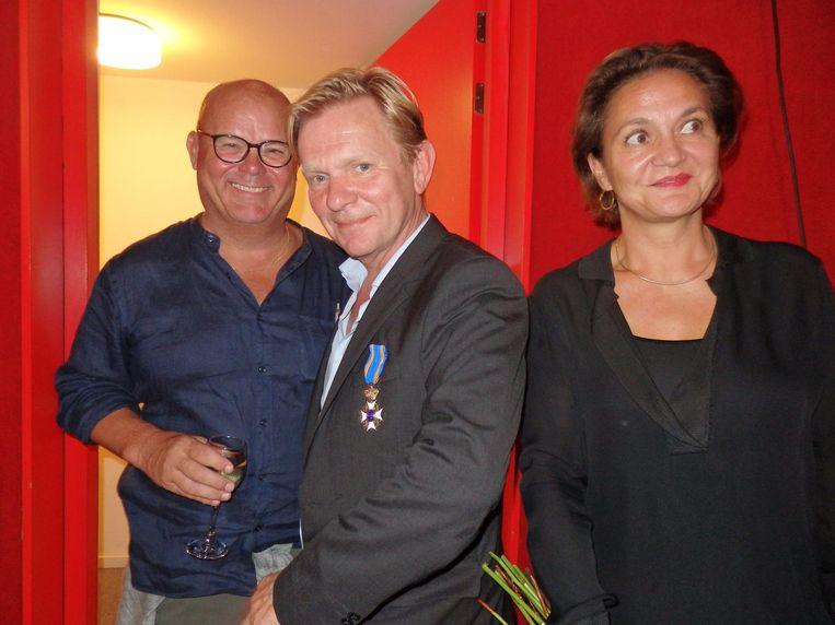 Gastheer Paul de Leeuw, Michiel van Erp en Monique Busman, zijn compagnon bij hun bedrijf De Familie. Bij dat onderwerp, de familie, schoot hij toch even vol. Beeld Hans van der Beek