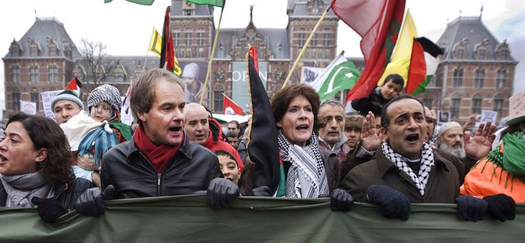 SP-kamerlid Harry Van Bommel (tweede links) en politiek activiste Greta Duisenberg tijdens de actie op het Museumplein tegen de Israelische bombardementen op de Gazastrook. Foto ANP/Robin Utrecht Beeld