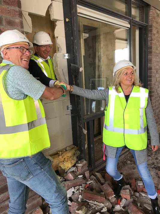 Schooldirecteuren Henk Brakel (De Leeuwenkuil) en Helma de Haardt (De Wijzer) schudden Pax-directeur Lex van Drongelen (midden) de hand.