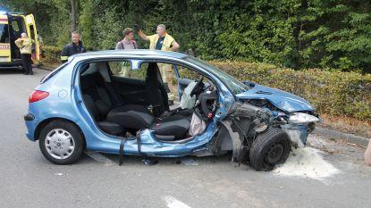 Wagen botst tegen boom op Opwijksesteenweg: twee gewonden
