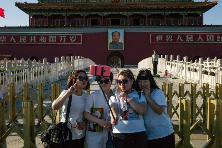 Toeristen vandaag voor de poorten van de Verboden Stad in Peking met het portret van Mao.