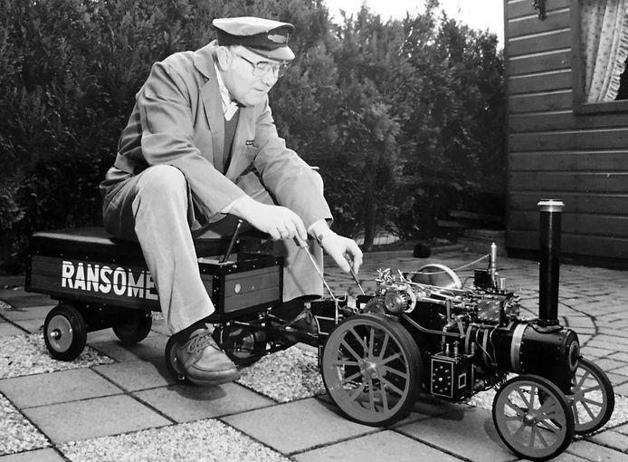 De Hengeloër op zijn Ransomes tractor, schaal van 1 op 6. Hij reed zijn kleinkinderen Pim en Victor en andere peuters ermee rond op stoomfestivals.