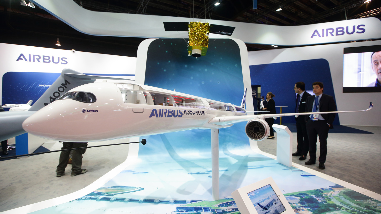 Het nieuwe type A350-1000 van de Europese vliegtuigbouwer Airbus op een luchtvaartshow in Singapore eerder deze week.