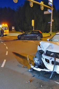 Flinke aanrijding in Tilburg: bijrijdster gewond en weg bezaaid met brokstukken