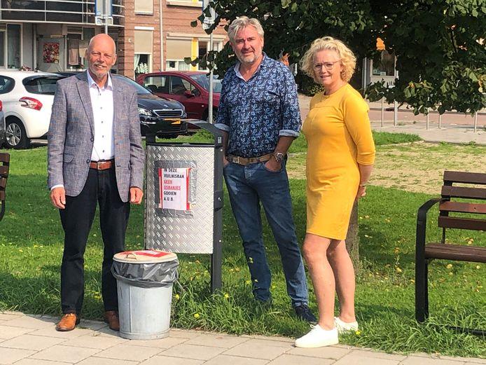 Wethouder Leen Snijders (links) bood gisteren zijn excuses aan aan Patrick Hilgersom en Beatrix Velsink van ijssalon I Fiori. In tegenstelling tot wat de wethouder dacht, doen zij heel veel om zwerfvuil op te ruimen.