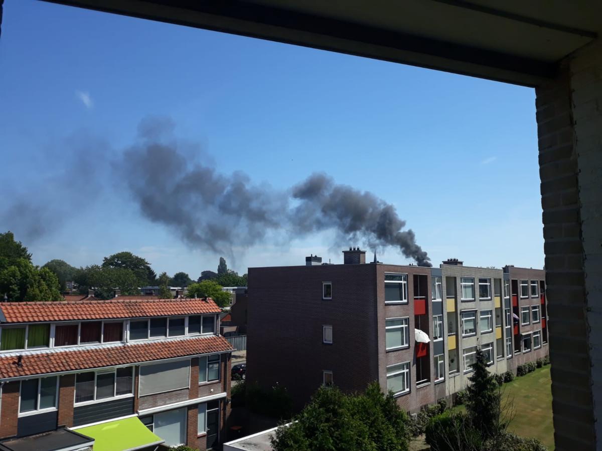 In een appartementencomplex in Hengelo woedt een grote brand.