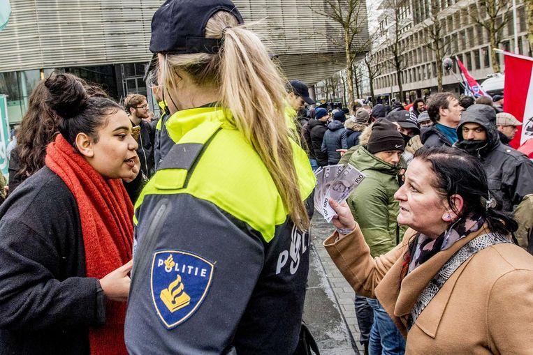 Een DENK-aanhanger en een PVV-demonstrant hebben een woordenwisseling. Beeld anp