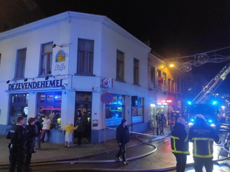 De omwonenden mochten hun huis niet meer binnen en verzamelden in café 'De Zevende Hemel' op de hoek.