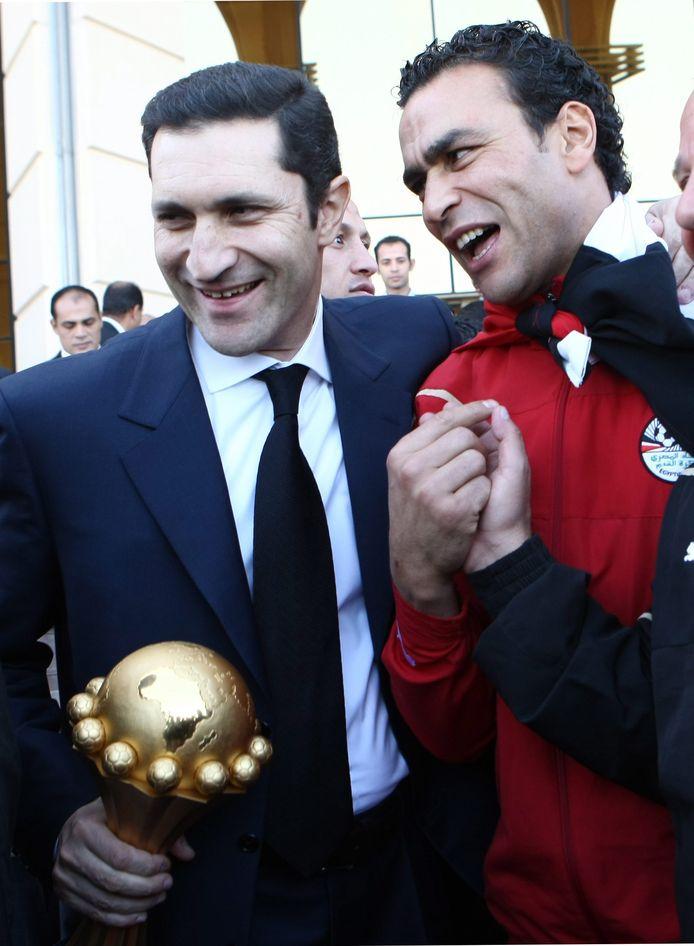 Alaa Mubarak, de zoon van voormalig dictator Hosni Mubarak, en voetballer Esam Elhadri (rechts) met de Afrika Cup.