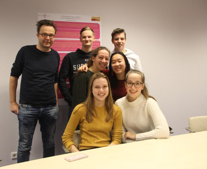 Deelnemers van team Rembrandts van het Zwijsen College: Van links naar rechts begeleider Joris de Graaf, Jasper en Robin. In het midden Eefje en Mei. Onder Iris en Tamara.