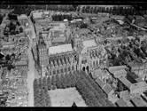 Prachtige luchtfoto's van 79 jaar geleden: het mooiste station van Den Bosch, het 'grote gele monster' en de Leonarduskerk