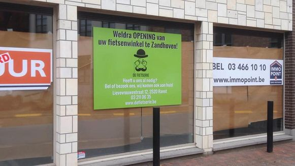 De oude AXA-bank in de Zandhovense Amelbergastraat wordt binnenkort een fietsenwinkel.