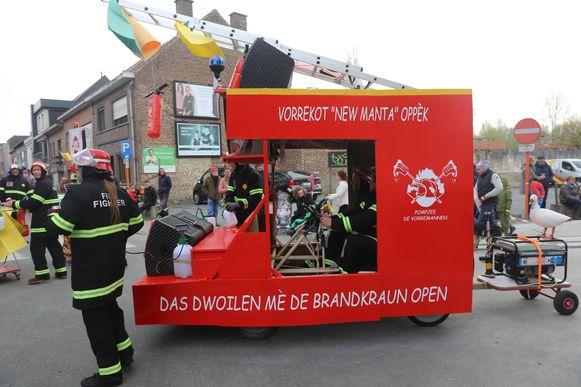 Een van de carnavalgroepen liet zich in de stoet van zondag nog inspireren op de vele interventies bij het bedrijf.