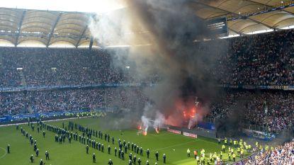 Ongeziene taferelen in de Bundesliga: Hamburg degradeert na 55 seizoenen waarna agenten te paard en oproerpolitie het veld betreden