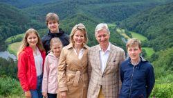 """Geen royale vakantie voor koning Filip en Mathilde deze zomer: """"Maar als je een luxueus Center Parcs in eigen tuin hebt, is dat toch iets makkelijker"""""""