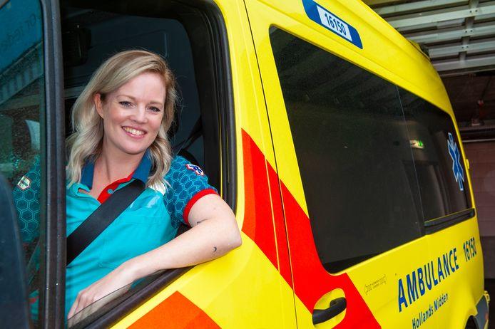 Als ambulancechauffeur Eline Visscher haar zorgbonus krijgt, zal ze die uitgeven aan sinterklaascadeautjes voor minder bedeelde gezinnen.