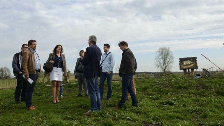 De leden van het Christelijk Ondernemers Netwerk wandelen over het erf van boerderij De Eemlandhoeve in Bunschoten. Beeld Bram Petraeus