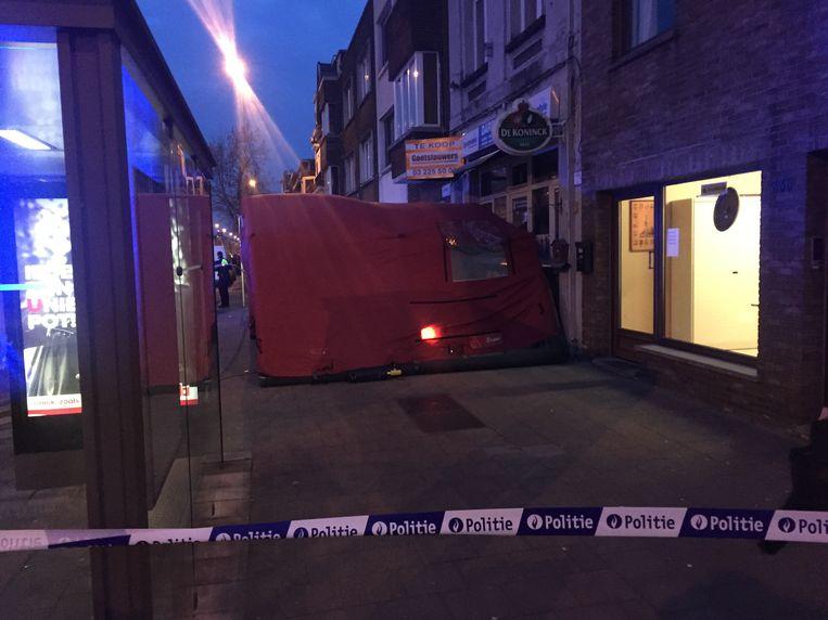 Het slachtoffer werd dood teruggevonden op de stoep voor een nachtwinkel in de Diksmuidelaan in Berchem.