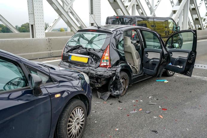 Bij het ongeval op de A27 bij Raamsdonksveer waren drie voertuigen betrokken.