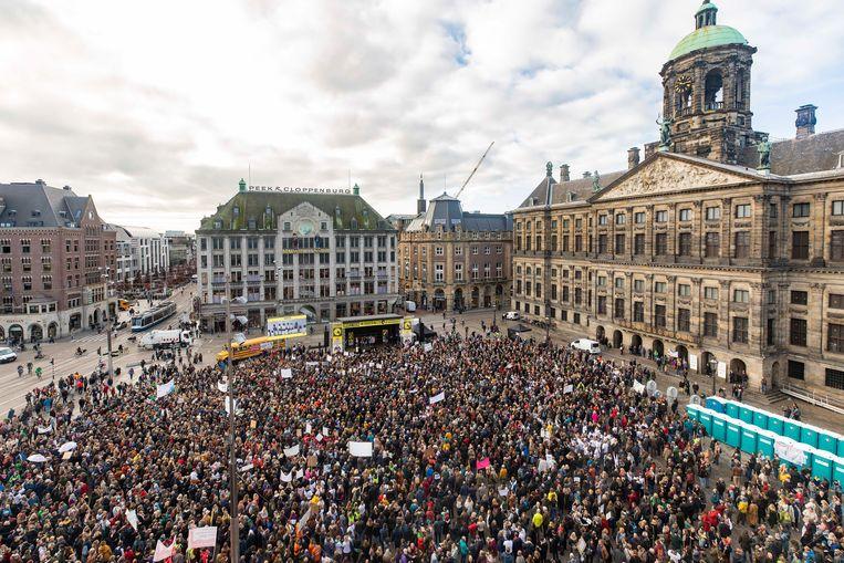 De Dam stond woensdagmorgen vol met demonstranten. 'Arie, haal on(derwij)s uit het Slob!' Beeld Cees Glastra van Loon