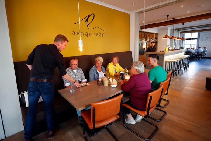 Restaurant Aengenaam is sfeervol en trendy ingericht met aardse kleuren.