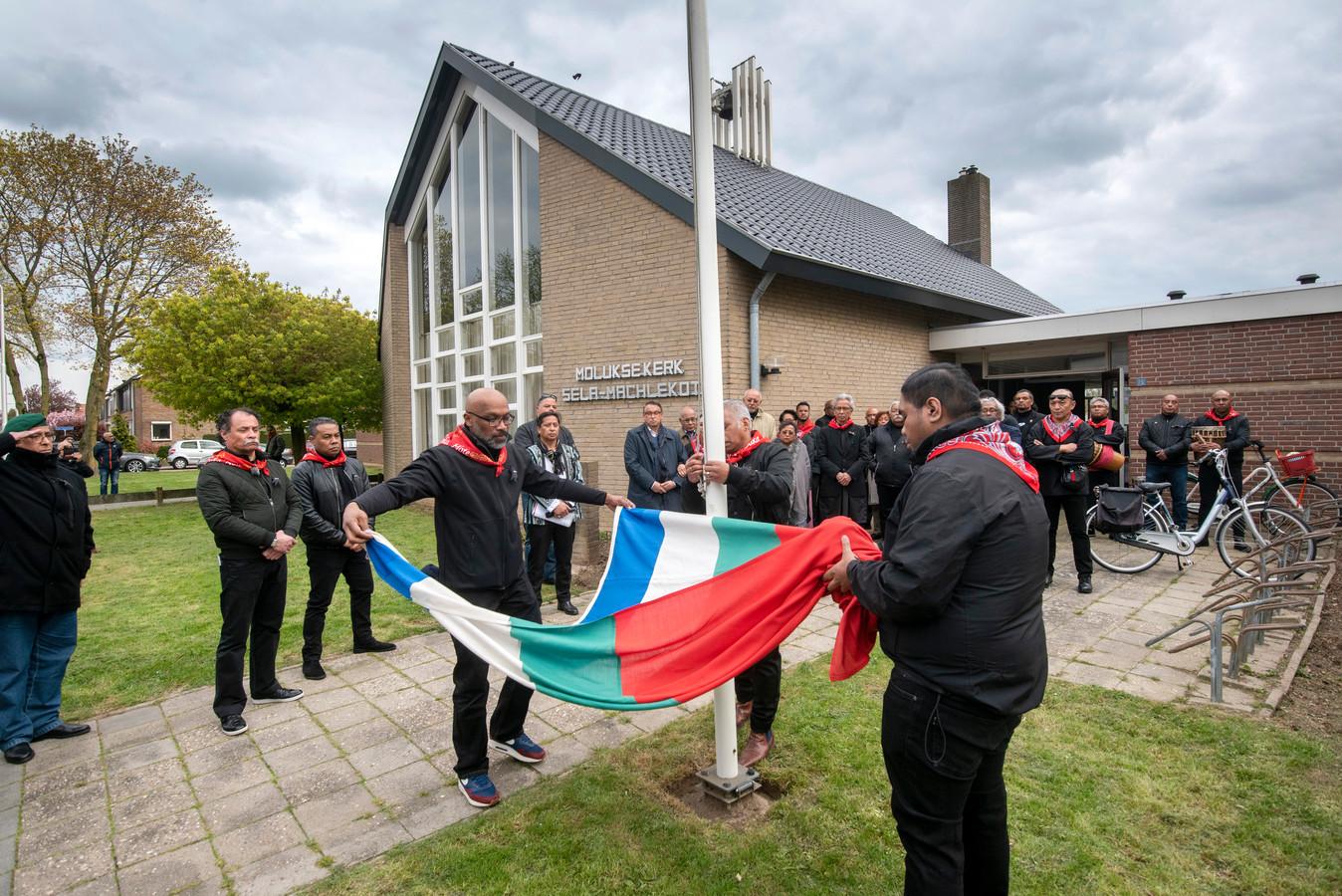 De RMS-vlag wordt opgevouwen. Het was vrijdagavond een van de rituelen tijdens de herdenking van de executie op 12 april 1966 van Chris Soumokil, de tweede president van de Republiek der Zuid-Molukken.